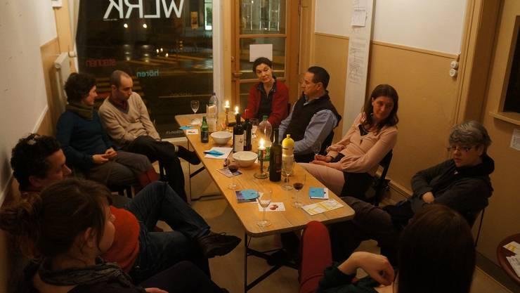 Künstler und Interessierte treffen sich zum geselligen Gespräch.