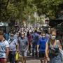 Menschen spazieren entlang der Ramblas von Barcelona. Foto: Emilio Morenatti/AP/dpa