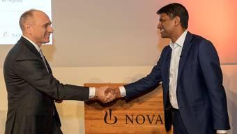 Stabübergabe: Der scheidende CEO Joe Jimenez (links) übergibt die Novartis-Konzernleitung an seinen Nachfolger Vas Narasimhan GEORGIOS KEFALAS/Keystone