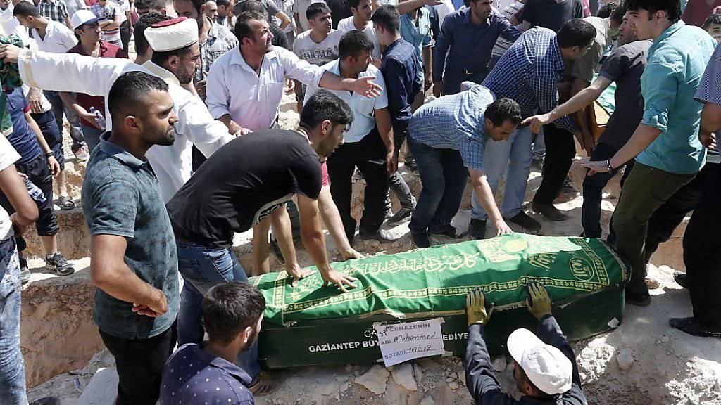 Eines der Opfer des Anschlags auf eine Hochzeitsgesellschaft in Gaziantep wird beigesetzt - die meisten Opfer waren Kinder und Jugendliche.