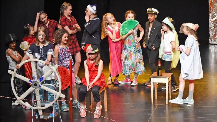 Wie grosse Stars: Oltner Primarschülerinnen und -schüler auf der Theaterbühne in der Oltner «Schützi».