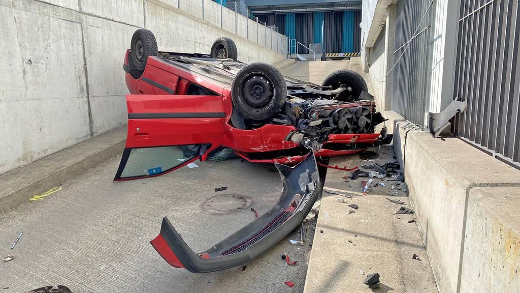 Auto stürzt drei Meter in die Tiefe – zwei Verletzte