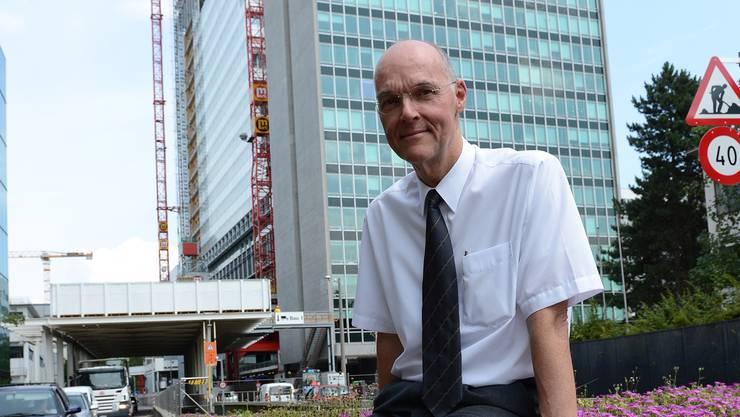 in Leben für die Pharma: Matthias Baltisberger vor der Baustelle des neuen Roche-Turms.