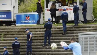 Sicherheitspersonal bewacht den Zugang zum Fansektor der Gästefans, vor dem Fussballspiel zwischen dem FC Aarau und dem FC Zürich.