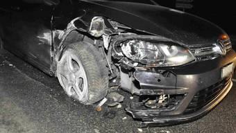 Das Auto wurde durch die Kollision mit einem Steinbrocken und einem Gartenzaun arg in Mitleidenschaft gezogen.
