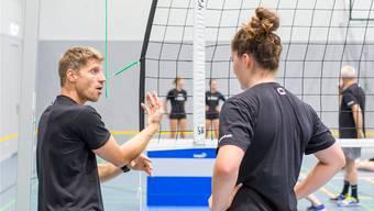 Harald Gloor leitet das Training der 1.-Liga-Frauen des BTV Aarau Volleyball.