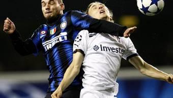 Inters Wesley Sneijder (l.) im Luftduell mit Tottenhams Luka Modric