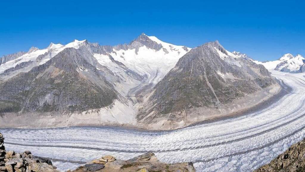 Ein 24-jähriger Mann ist am Samstag beim Abstieg vom Aletschhorn (Mitte) abgestürzt und verstorben.
