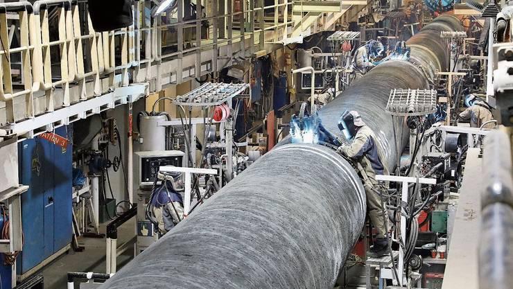 An Bord eines Allseas-Verlegeschiffes werden Rohre für Nordstream 2 verschweisst.