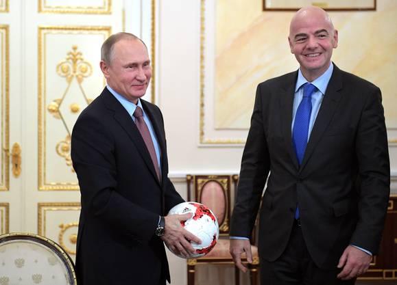 Infantino - hier mit Russlands Präsident Putin - hat Zugang zu den Mächtigen der Welt.