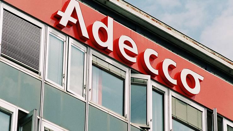 Logo und Gebaeude der Stellenvermittlungsfirma Adecco in Lausanne, aufgenommen am 18. August 1999. (KEYSTONE/Fabrice Coffrini)