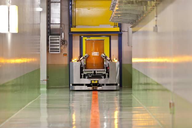 Das Zwilag behandelt schwach- und mittelradioaktive Abfälle, und lagert diese sowie abgebrannte und wiederaufbereitete Brennelemente aus den schweizerischen Kernkraftwerken, bis sie einer endgültigen Lagerung zugeführt werden können.