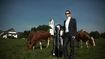 Andreas Fleck bei der Alten Kirche in Boswil, wo ab Samstag vieles ums Thema «Wunder» kreisen wird.