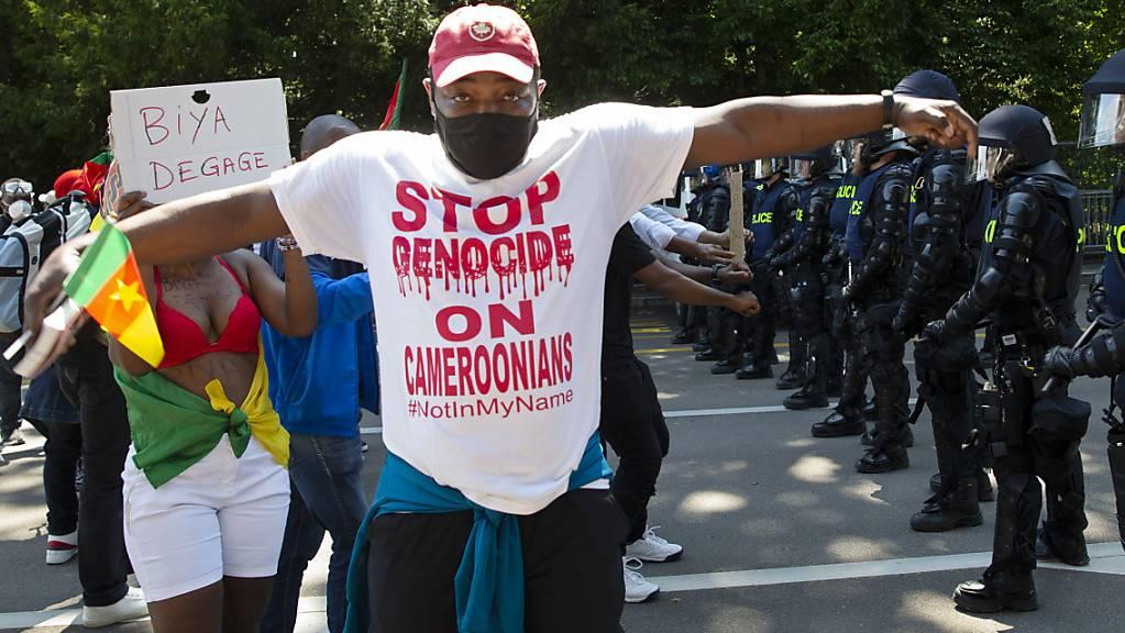 Biyas Gegner werfen ihm Völkermord vor.