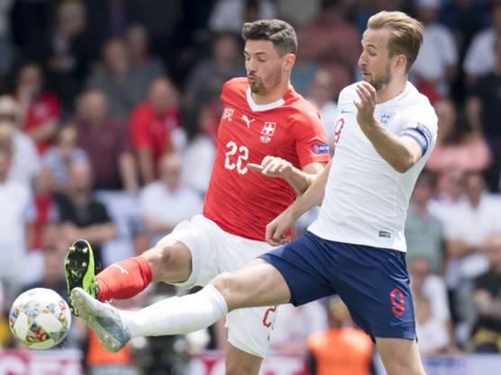 2019 Der Schweizer Verteidiger Fabian Schär im Zweikampf mit Englands Captain Harry Kane. (Archivbild)
