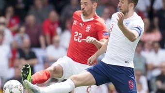 Der Schweizer Verteidiger Fabian Schär im Zweikampf mit Englands Captain Harry Kane