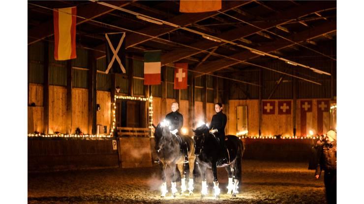 Zum Thema «Emotions» zeigten die Reiterinnen einen stimmungsvollen Auftritt im Kerzenschein.