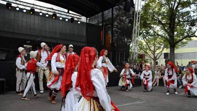 Die albanische Volkstanzgruppe Rinia am Zapfenstreich in Windisch.