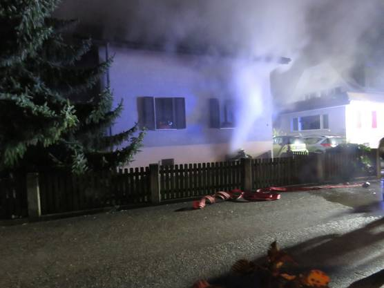Buchs AG, November 8: A fire in the basement of a single-family home caused a lot of damage late on Friday. Two people had to go to the hospital for control, but were able to leave soon.