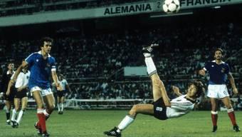 Klaus Fischer erzielt im WM-Halbfinal 1982 gegen Frankreich in der Verlängerung per Fallrückzieher das 3:3.