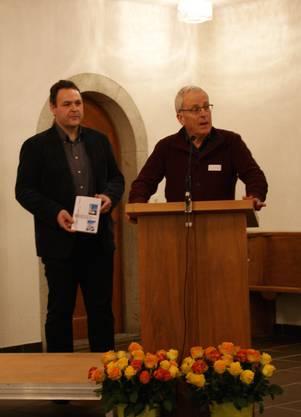 Das älteste Mitglied des Chors Heinz Zeller und Hansjörg Gloor stellen die Festschrift vor