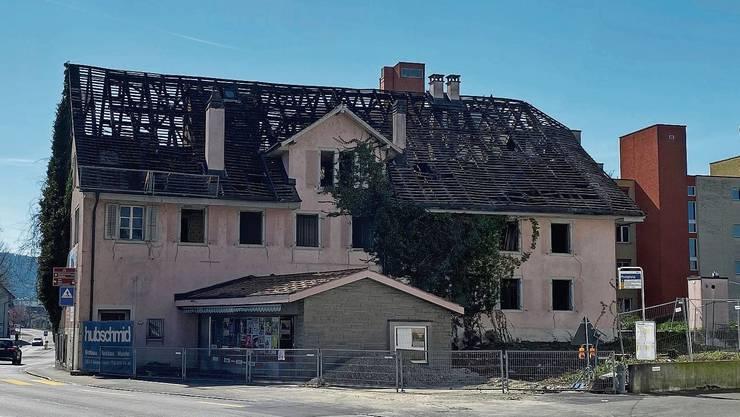 Durchsichtiges Dach: Beim ehemaligen Geschäftshaus der Bäckerei Kuhn in Wohlen sind alle Dachziegel entfernt.
