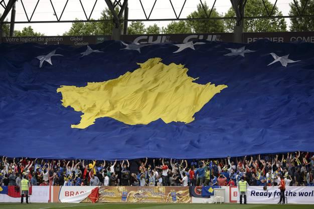 Die Flagge Kosovos beim Freundschaftsspiel gegen Senegal in Genf.