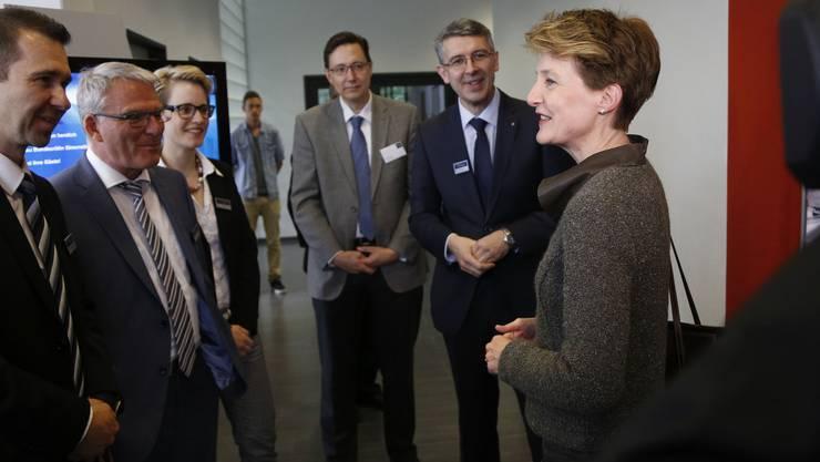Simonetta Sommaruga wird vom Verwaltungsrat mit CEO Josef Maushart (rechts) begrüsst.