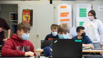 Eine Klasse – mehrere Niveaus: Weil die Schulen voll sind, greift Basel-Stadt zu einer ungewöhnlichen Massnahme.