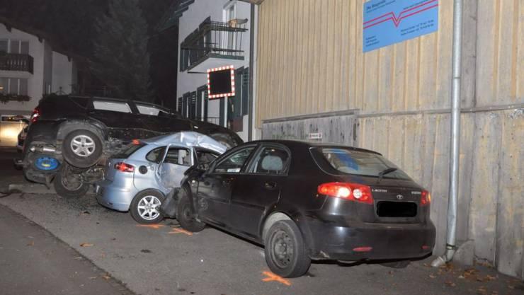 Drei Mal Totalschaden und eine verletzte Lenkerin: die Bilanz einer Fahrt unter Alkohol.