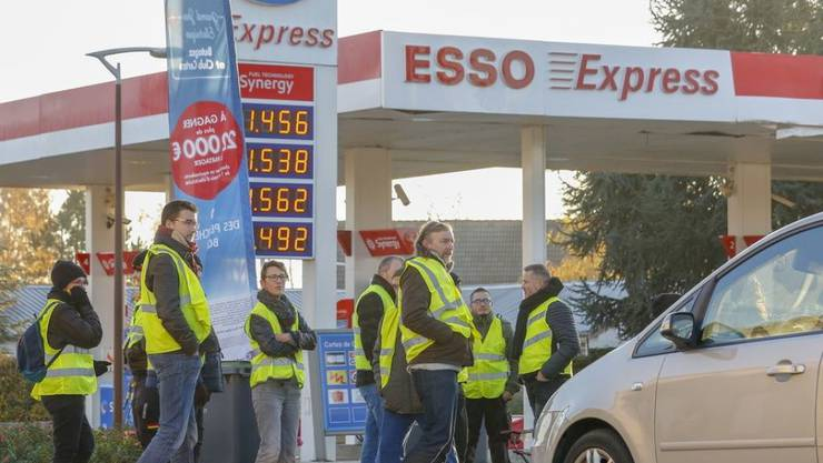 Stein des Anstosses für die Gelbwesten: die Benzinpreise. Am Anfang der Proteste stand ein Handy-Video auf Facebook. (Archivbild)