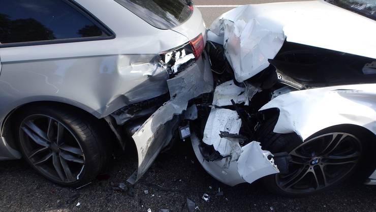 Bei zwei Auffahrunfällen mit sieben Autos auf der Autobahn A1 in Lenzburg AG ist am Mittwochmorgen grosser Sachschaden entstanden.