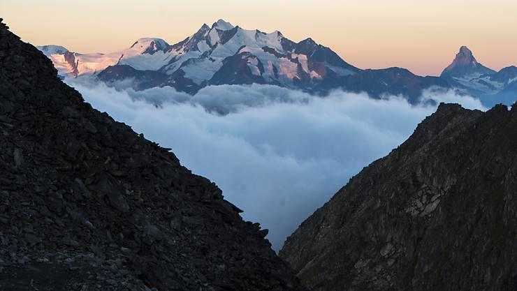 Der Alphubel gehört zu den Mischabel-Bergen im Oberwallis (Mitte). Ein Alpinist verlor am Sonntag beim Aufstieg sein Leben. (Archivbild)