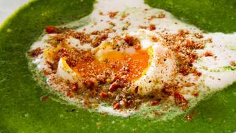 Bundzwiebeln, Kartoffeln, Bouillon –auf die Grundlage kommts an, aber nicht nur. Annemarie Wildeisen kocht Spinatsuppe mit wachsweichen Eiern und Spezial-Garnitur.