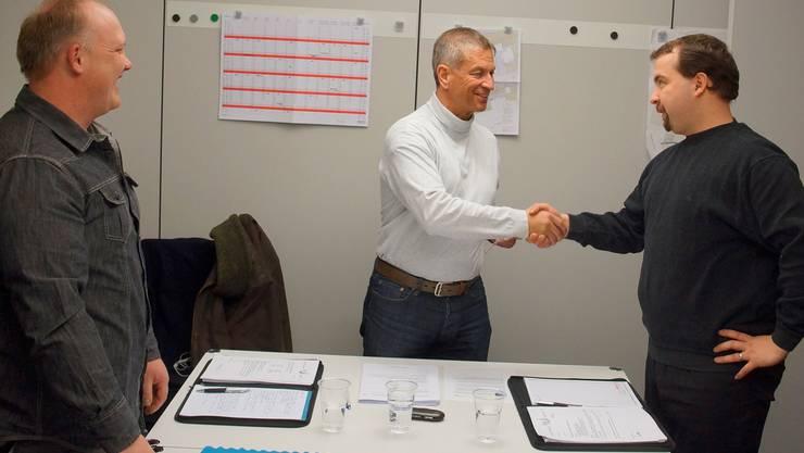 Gemeindepräsident Manfred Küng nimmt mit Händedruck das Amtsgelöbnis von Roger Gerber (rechts) entgegen. Thomas Affolter hat dieses bereits gegeben.