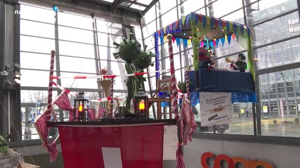 Mini-Fasnacht: Guuggen hängen Basteleien am Bahnhof auf