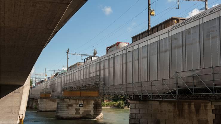 Die alte Eisenbahnbrücke über den Rhein wird saniert. Die SBB erhoffen sich eine massive Lärmreduktion.