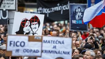 Tausende Menschen haben aus Anlass des Jahrestages der Ermordung des slowakischen Journalisten und dessen Verlobte protestiert. Nun sollen in dem Mordfall auch Staatsbeamte zur Rechenschaft gezogen werden.