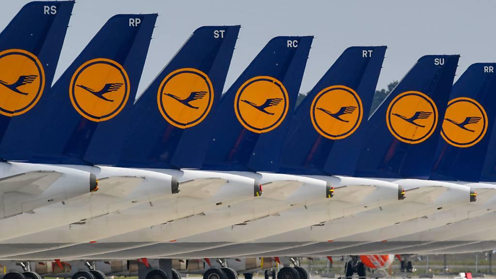 Die Lufthansa braucht im Kampf gegen die Corona-Krise die 9 Milliarden Euro Staatshilfe womöglich nicht vollständig. Es könnte sein, dass die Lufthansa die Summe nicht ganz brauche, sagte Konzernchef Carsten Spohr. (Archiv)