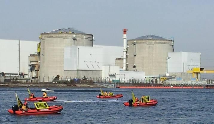 Mit Booten gelangten die Aktivisten auf das Gelände des AKW Fessenheim.