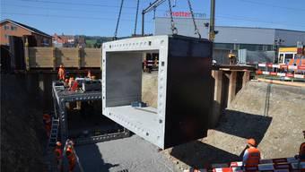 Die einzelnen, 32 Tonnen schweren und vorgefertigten Betonelemente werden in Boswil zu einer neuen Personen- und Radwegunterführung zusammengesetzt. ES