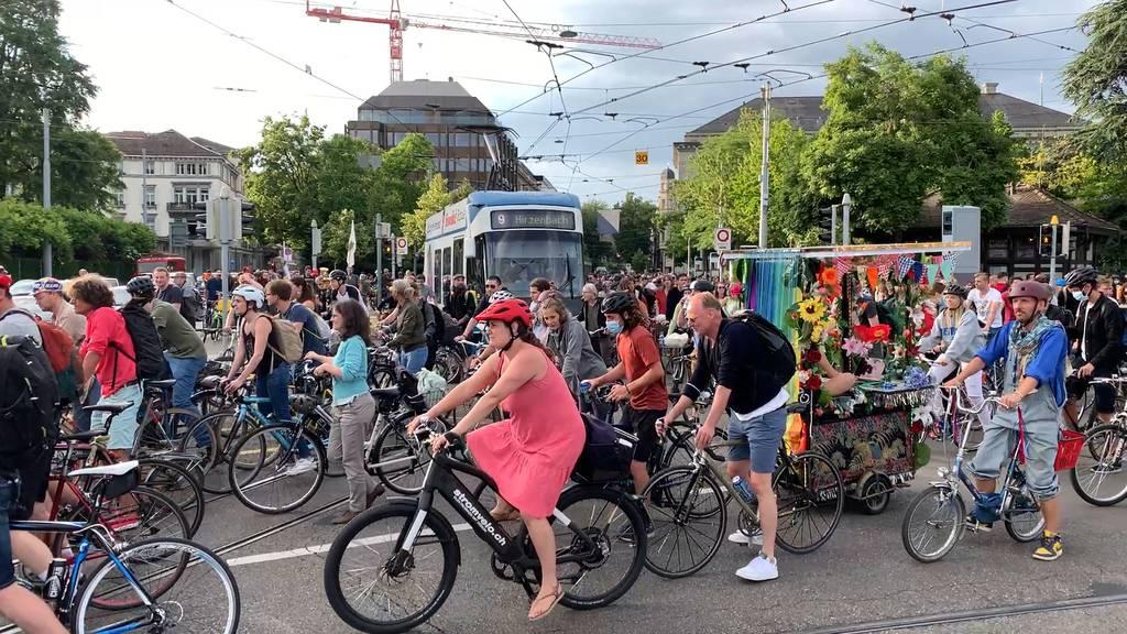 Velo-Demo legt in Zürich den Verkehr lahm