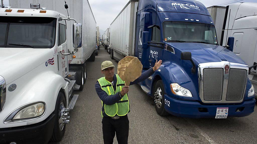 Lastwagen warten auf die Grenzabfertigung in der mexikanischen Stadt Tijuana. US-Präsident Trump droht, alle Importe aus Mexiko ab Montag mit Sonderzöllen in Höhe von fünf Prozent zu belegen.(Archivbild)