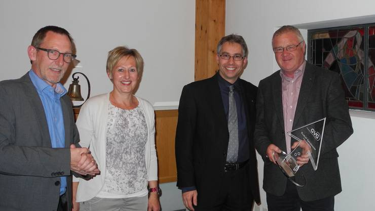 Ehrenmitglied Ruedi Spielmann (rechts) mit Vorstandsmitgliedern Heinz Westreicher (Präsident), Franziska Helfer (Administration) und Markus Arnold (Vizepräsident, von links).