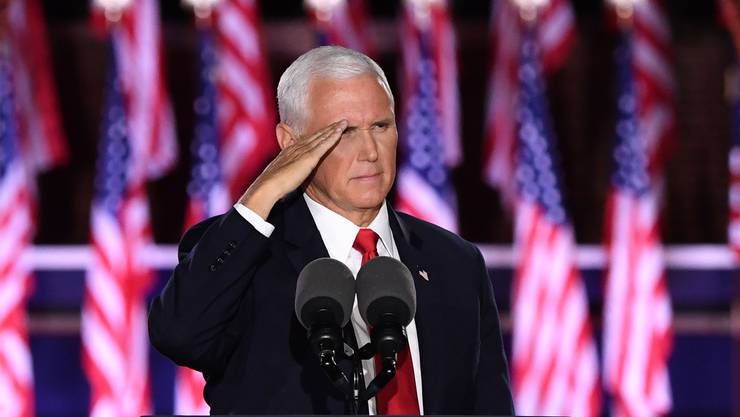 US-Vizepräsident Mike Pence salutiert nach seiner Rede.