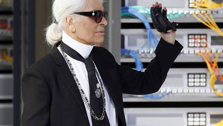 Karl Lagerfeld am Dienstag nach seiner Fashion-Show in Paris. Gegenüber den Medien kritisierte er die ausgeraubte Kim Kardashian: Wer wie sie mit ihrem Reichtum angebe, der wecke nun mal Begehrlichkeiten.