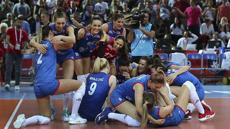 Serbiens Volleyballerinnen freuen sich in Ankara über den Gewinn ihres dritten EM-Titel nach 2011 und 2017