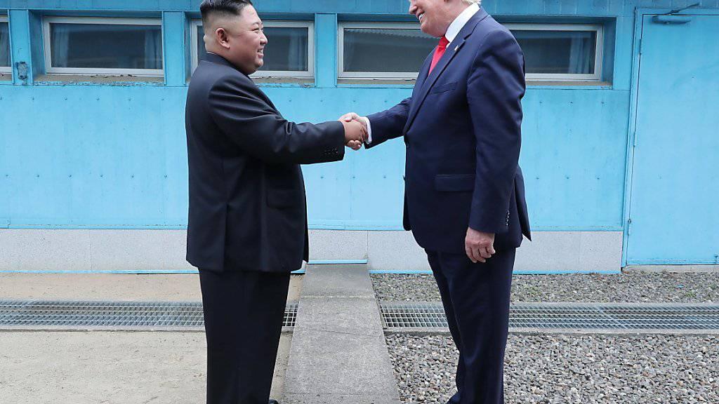 Nordkoreas Staatsmedien haben am Montag über das Treffen von US-Präsident Donald Trump mit dem nordkoreanischen Machthaber Kim Jong Un am Sonntag gejubelt.