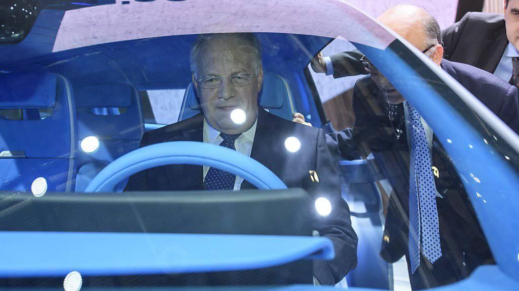 Johann Schneider-Ammann nahm beim Rundgang auch am Steuer eines mit Brennstoffzelle betriebenen Autos Platz.