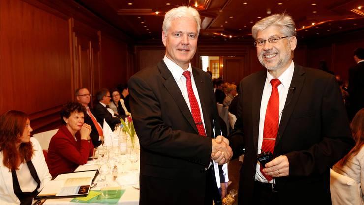 Vizepräsident Rolf Studer (r.) gratuliert Rolf Kissling zur Wahl als neuer Verbandspräsident. hanspeter bärtschi